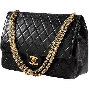 18a5af5d57 Obdélníková kabelka s diagonálním prošitím a uchem přes rameno realizovaným  ozdobným řetízkem s označením 2.55 patří – vedle parfému Chanel No.
