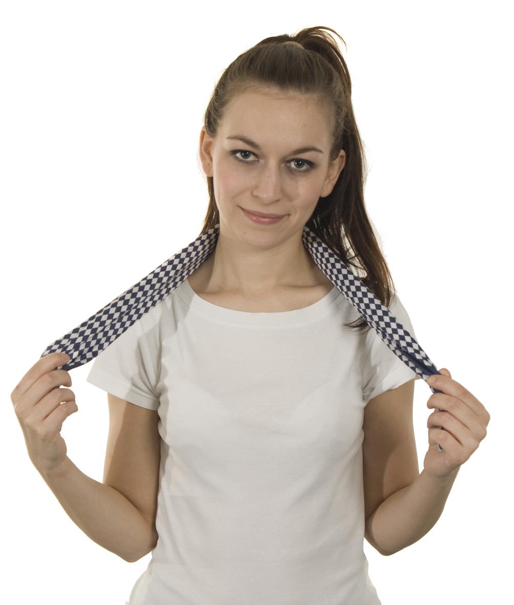 bbc75e6f41d Takto složený šátek si položte okolo krku tak