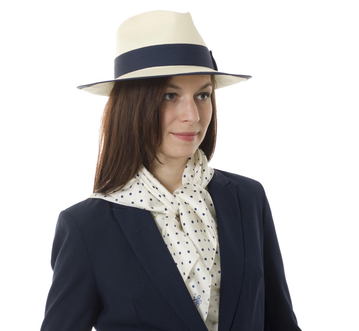 Šátky s puntíkovým vzorkem patří mezi oblíbené módní doplňky. Nejen mezi  ženami 536f6de181