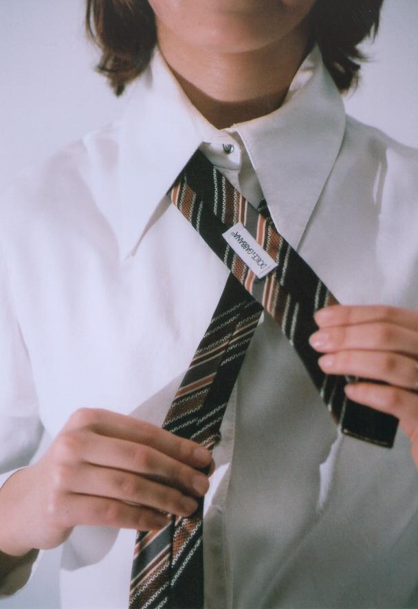 1. Položte si kravatu okolo krku rubem nahoru (tak 21836a7a7d